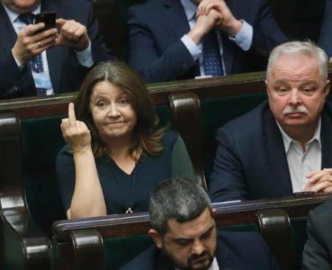 Joanna Lichocka i środkowy palec. Zestawienie materiałów.