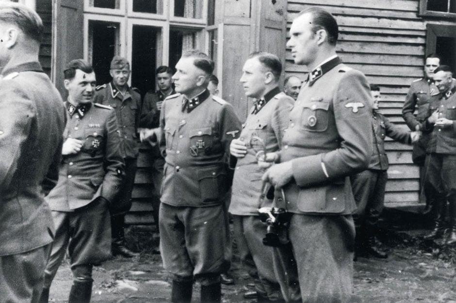 Josef Mengele (po lewej) w Auschwitz (wykadrowana wersja tego zdjęcia została pokazana przez Ossebaard w Fall Cabal - Upadek Kabały)