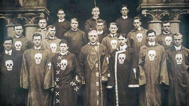 Bractwo Kappa Gamma http://kappagamma.com/about-us, braterstwo dla niesłyszących na Uniwersytecie Gallaudet.