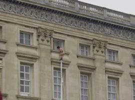 """Nagie dziecko ucieka z pałacu Buckingham? To reklama serialu """"The Royals""""."""