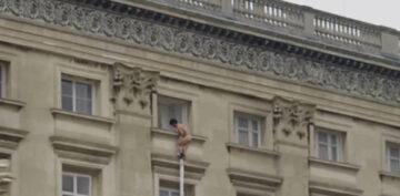 """Nagie dziecko ucieka z pałacu Buckingham? To reklama serialu """"The Royals"""""""