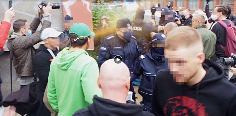 Policjant bez maseczki na marszu. Dotarliśmy do pełnego materiału wideo.