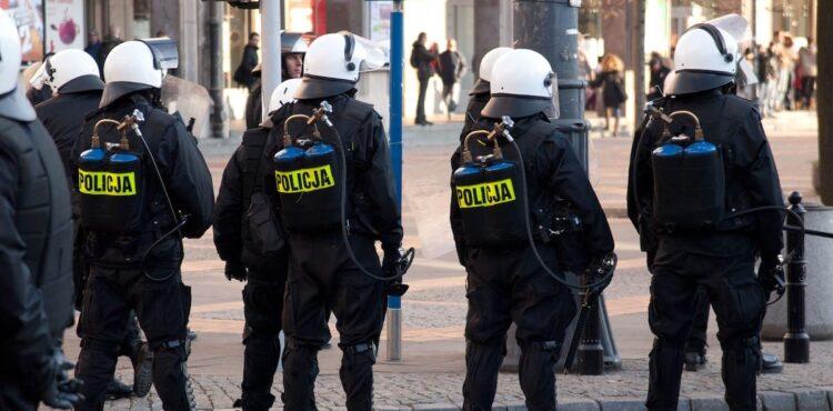 Podwyżki dla policjantów za tłumienie protestów? Sprawdzamy