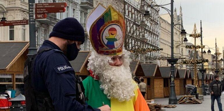 Nie, tęczowy Mikołaj nie został zatrzymany przez Policję.