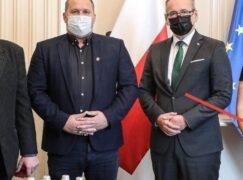 Nie, odznaczona kobieta z Grodziska nie szczepiła wcześniej ministra Niedzielskiego
