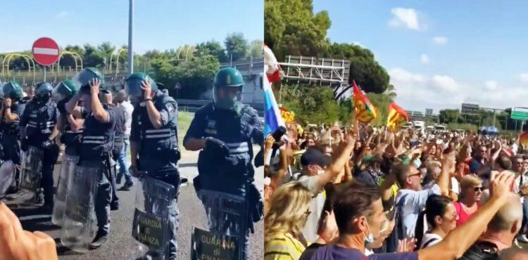 Włoska policja zdejmuje kaski na znak solidarności z antyszczepionkowcami? Nieprawda